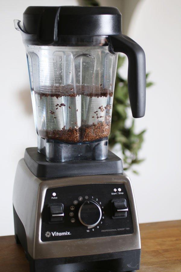 Come fare il latte di semi di lino nel frullatore con l'acqua