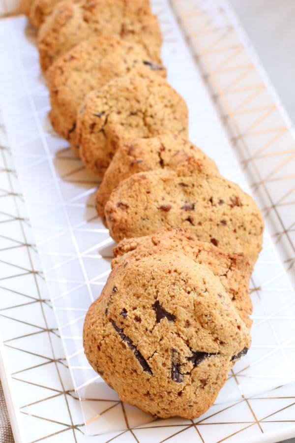 Biscotti con Farina di Chufa e Nocciole e Gocce di Cioccolato in primo piano