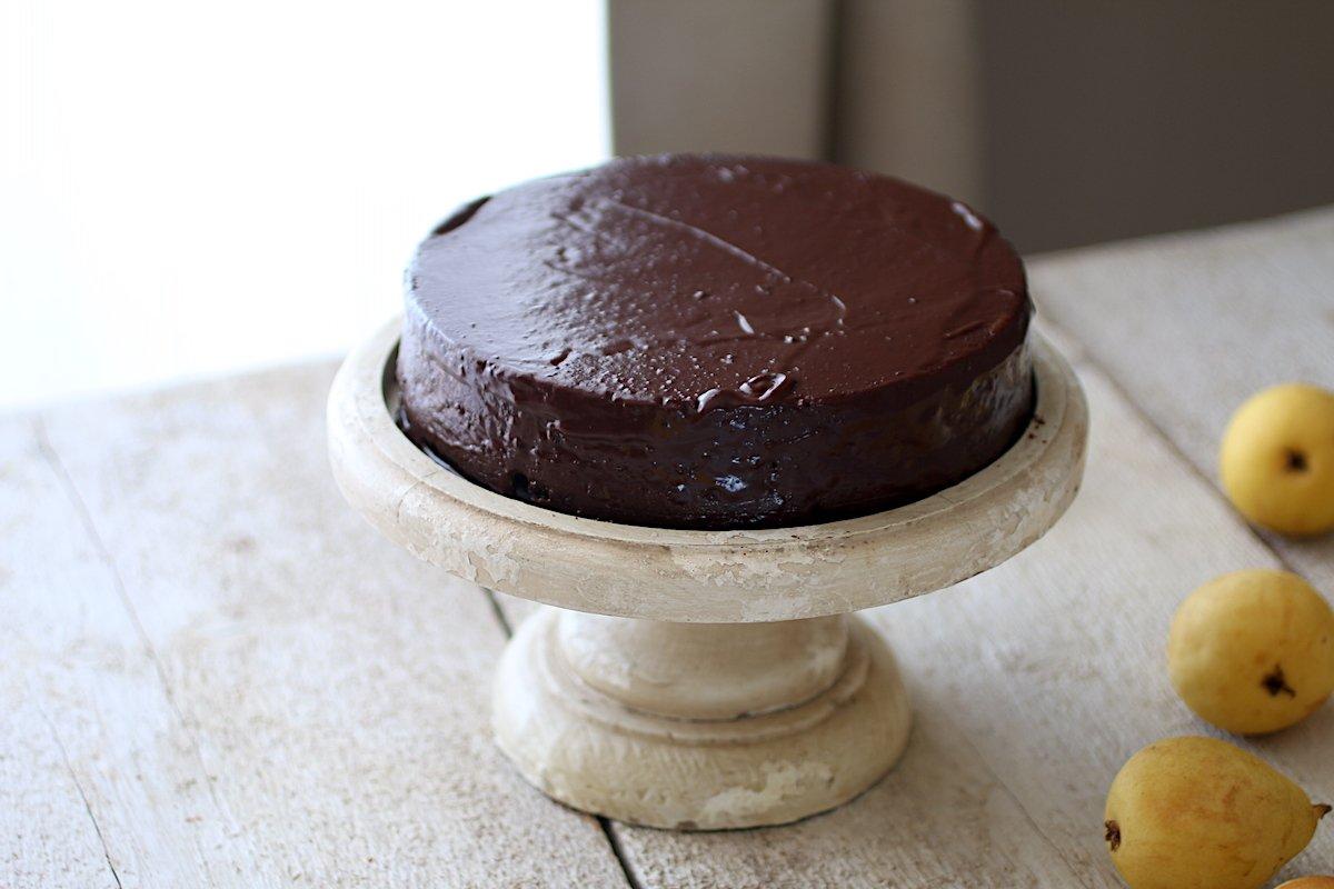 Una bellissima torta al cioccolato sull'alzata di legno