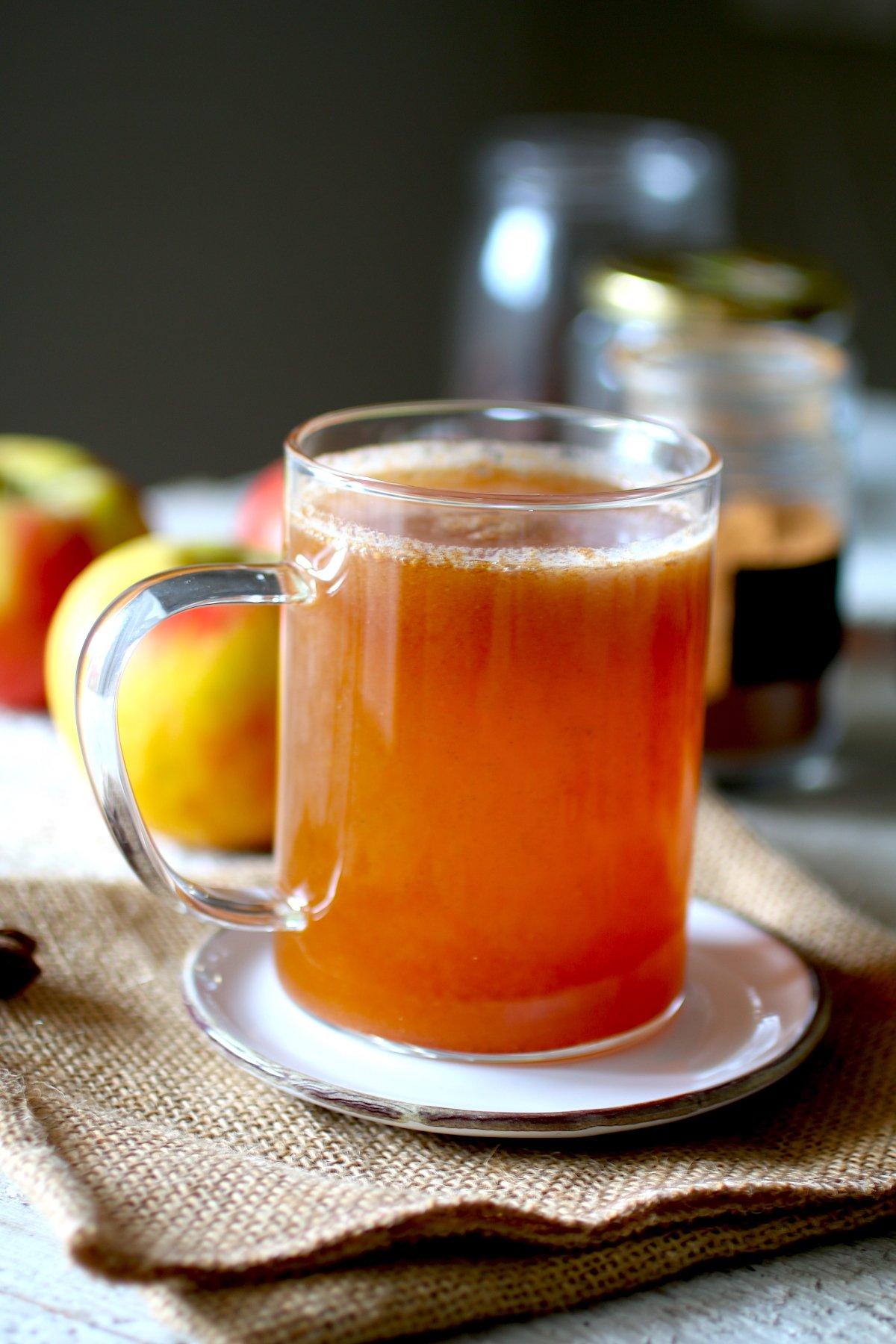 Tazza trasparente con il succo di mele e cannella