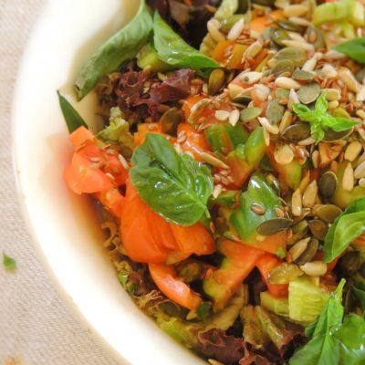 Insalata Croccante con Semi di Zucca, Olive e Pomodori